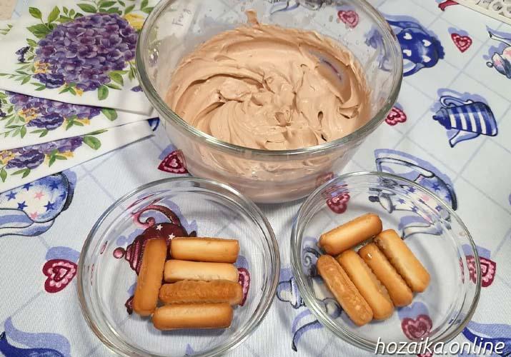 шоколадный крем и печенье с кофе