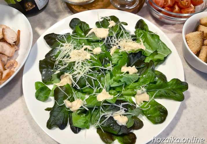 листья салата смазанные соусом