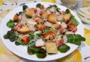 салат цезарь с индейкой на тарелке