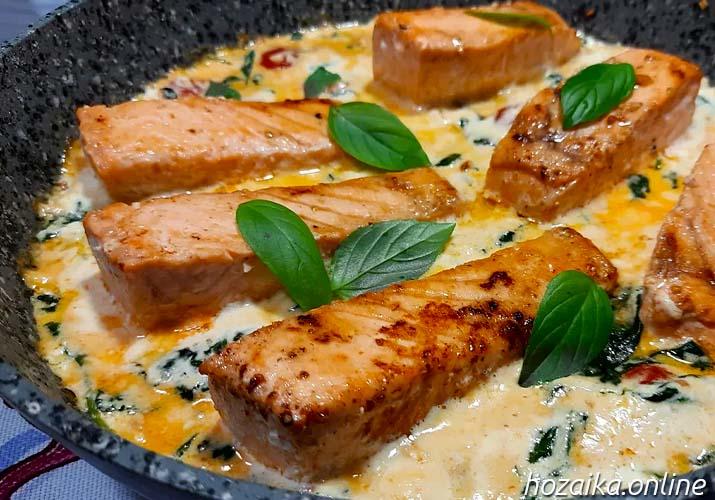 лосось со шпинатом и помидорами в сливочном соусе ан сковороде
