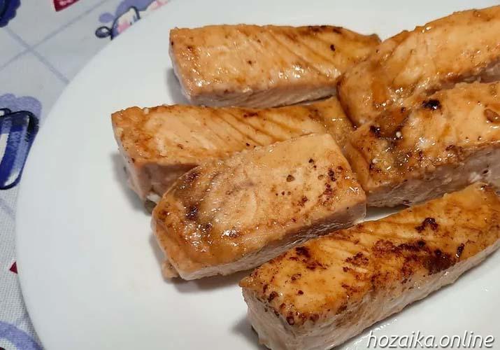 обжаренный лосось на тарелке