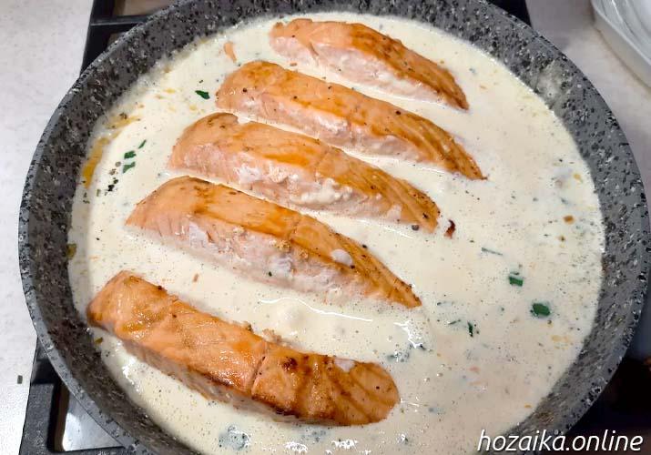 стейки лосося в сковороде в сливочном соусе