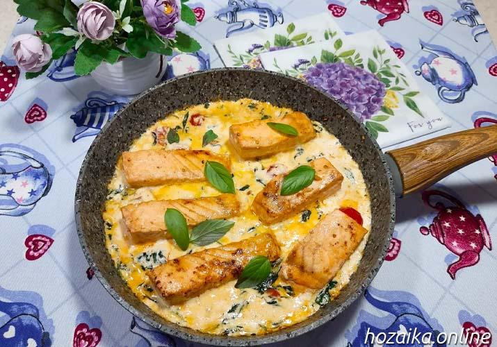 лосось в сливочном соусе с помидорами и шпинатом