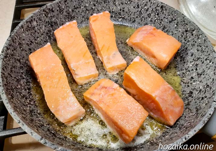 ломтики лосося на сковороде