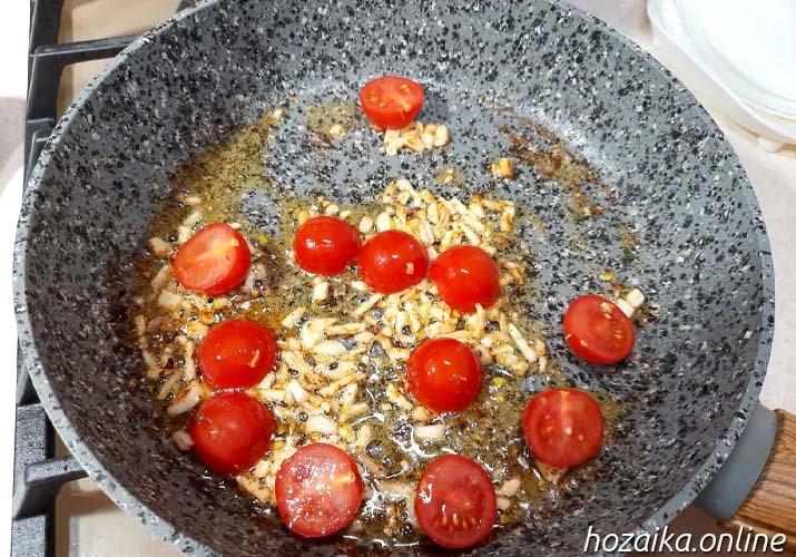 чеснок и томаты на сковороде