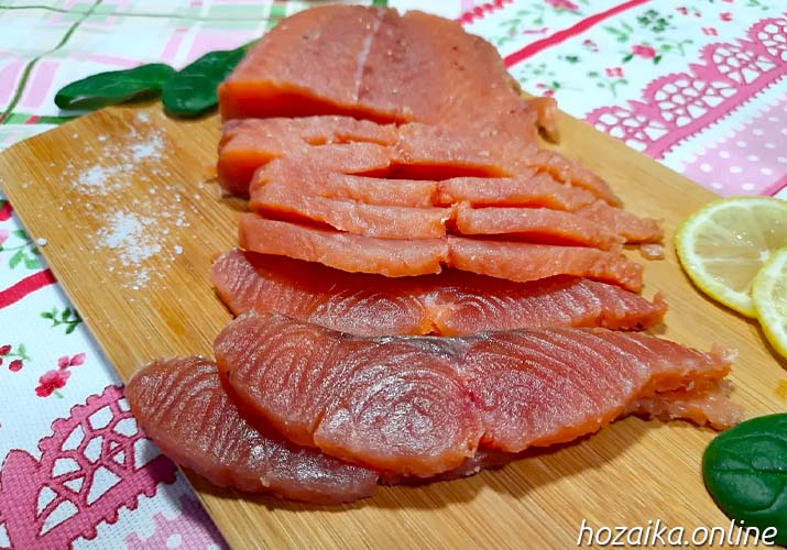 красная рыба кета нарезана