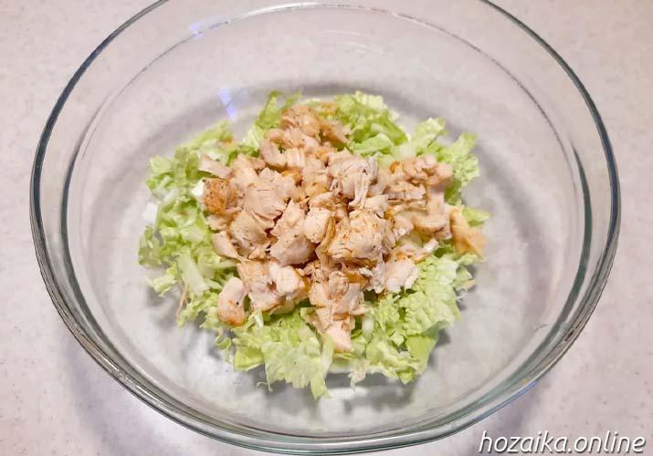 курица и пекинская капуста в салатнике