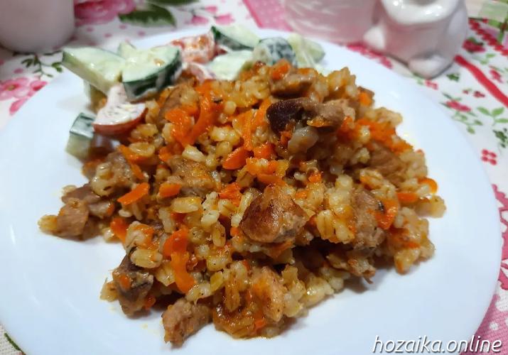перловая каша с мясом в тарелке
