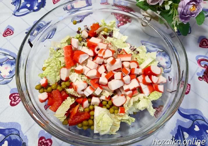 крабовые палочки в салате с пекинкой