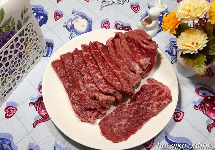 нарезанная говядина на тарелке
