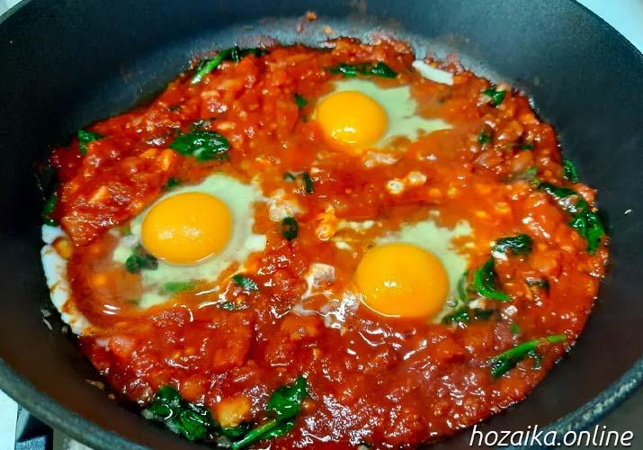 яйца в томате со шпинатом