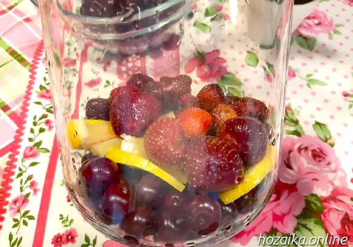 вишня, клубника и лимон в банке