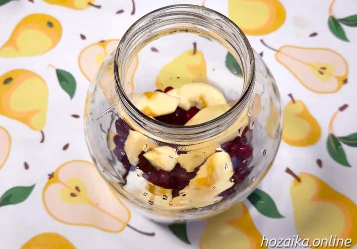яблоки и вишня на дне банки 3 литра