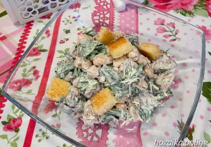 порционная подача салата со шпинатом